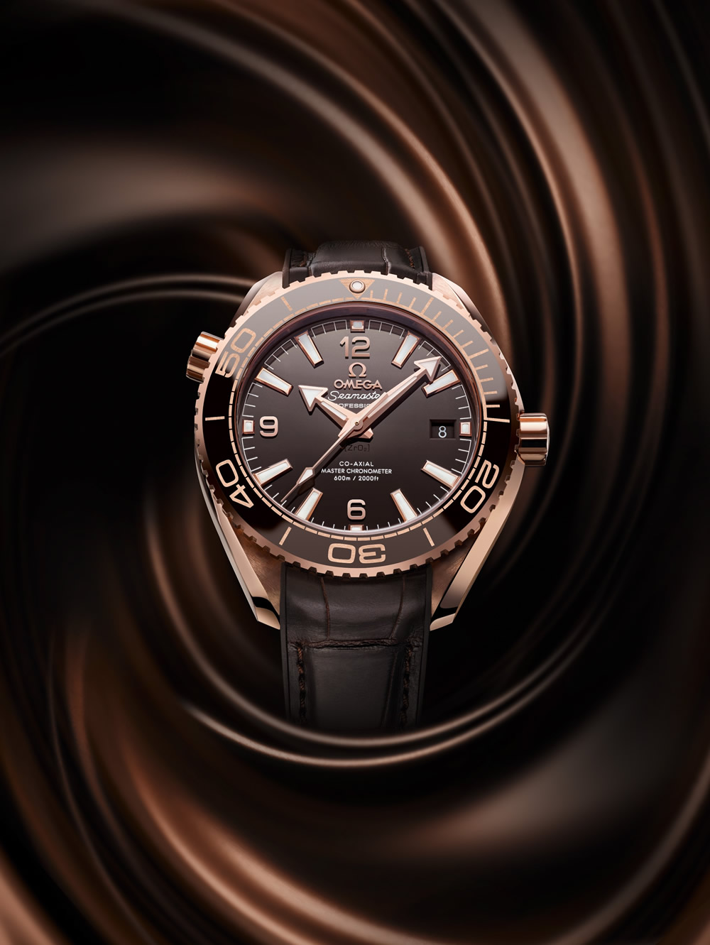 215.63.40.20.13.001_Seamaster Planet Ocean 39.5mm_with background